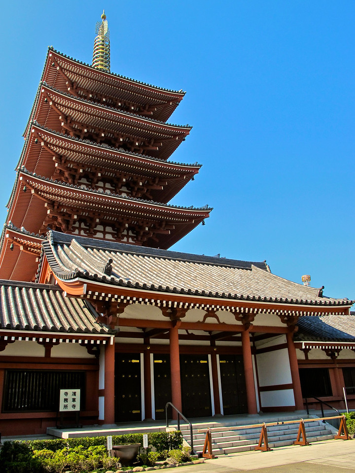 The Five-storied Pagoda was built in 942. Along with the other buildings, it has been successively lost to fire and subsequently reconstructed.<br />    In 1648, Tokugawa Iemitsu rebuilt the pagoda along with other structures including the Main Hall and Hozomon Gate. The government declared the pagoda a national treasure in 1911. However, it burned to the ground again during the air raids of March 1945. After World War II, In 1973, the pagoda was also rebuilt, this time to include additional facilities such as a room for mortuary tablets. Relics of the Buddha are kept on the top floor.
